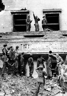 Alcuni soldati delle forze alleate deridono Hitler dalla cima del suo balcone nella Cancelleria del Reich alla fine della seconda guerra mondiale