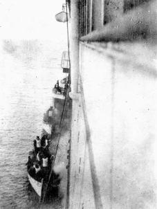 Alcuni sopravvissuti del Titanic salgono sul Carpathia, nel 1912