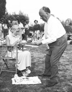 Alfred Hitchcock serve il tè a Grace Kelly sul set di 'Caccia al ladro', 1955