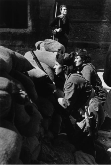 Donne delle milizie antifasciste che difendono una barricata di strada, Barcellona, 1936. Foto di Robert Capa