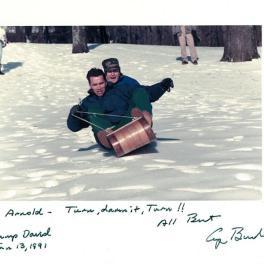 Arnold Schwarzenegger e l'allora presidente George Bush in giro in slitta, 1991