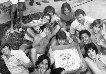 "Barack Obama in posa con un gruppo di amici ""choom Gang"". Hawaii, c. 1979. ""Choom"" in slang sta per fumare marijuana"