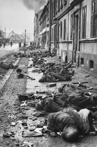 Corpi dei soldati tedeschi uccisi durante un corpo a corpo con le truppe di sovietiche sul Fronte ucraino, Breslau 1945