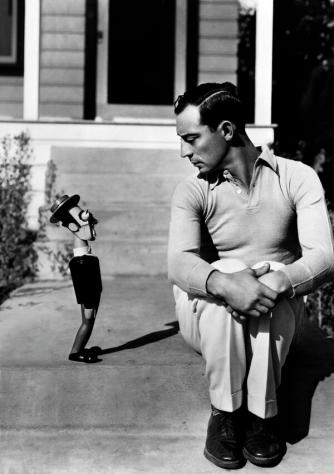Buster Keaton con un bambolotto 'Buster Keaton', 17 Dicembre 1930