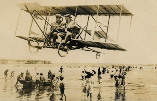 Giro in spiaggia su un biplano, Los Angeles, CA. Maggio 1911