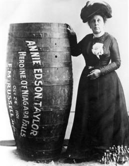 Cascate del Niagara - Annie Taylor con il suo barile, dopo l'impresa divenne l'eroina delle Cascate del Niagara e inizio' un lungo tour