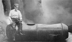 Cascate del Niagara - Bobby Leach con il bidone da lui usato nel tentativo del 1911