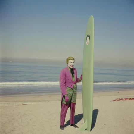 Cesar Romero prima di girare la sua scena surf con Adam West nel film ''Batman '', 1967