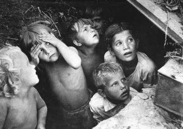 Bambini a Stalingrado si nascondono dai bombardamenti aerei tedeschi. 1942. Fotografo L.I. Konov