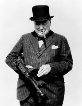 Churchill in posa con sigaro e un mitra Thompson, 1940