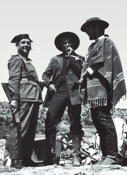 """Clint Eastwood in compagnia di un poliziotto spagnolo durante le riprese di """"Il buono, il brutto, il cattivo"""""""