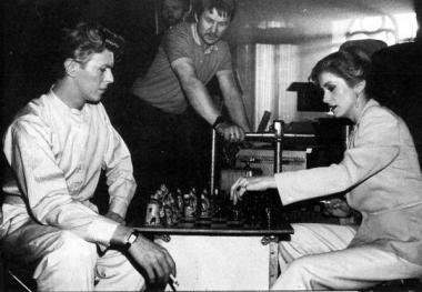 David Bowie e Catherine Deneuve giocano a scacchi sul set di The Hunger