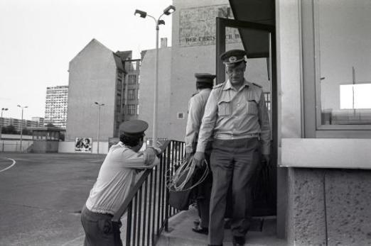 Guardie di frontiera lasciano la loro garitta sulla Friedrichstraße per l'ultima volta. 1 luglio 1990