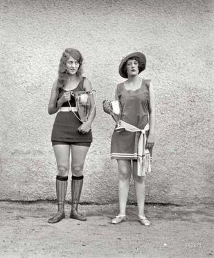 Due vincitrici di un concorso di bellezza nel 1922, quando i canoni di bellezza erano decisamente diversi dal giorno d'oggi
