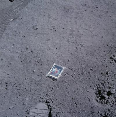 Durante la missione Apollo 16, Charles Duke ha lasciato una foto di famiglia sulla luna racchiusa in un sacchetto di plastica