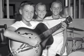 """The Bee Gees"" durante l'infanzia. Barry Gibb, i gemelli , Robin e Maurice Gibb"