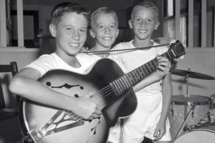 """""""The Bee Gees"""" durante l'infanzia. Barry Gibb, i gemelli , Robin e Maurice Gibb"""