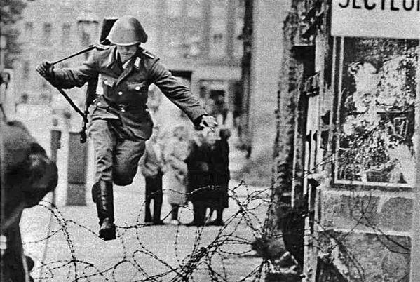 Il soldato tedesco dell'est Conrad Schumann salta le recinzioni di filo spinato in Berlino Ovest il 15 Agosto 1961