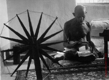 Il politico e pacifista indiano Mahatma Gandhi si prepara a meditare.