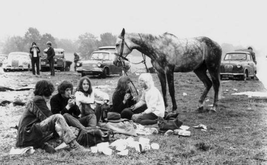 Il primo festival di Glastonbury. 1.500 persone hanno pagato £ 1 per un biglietto che includeva il latte gratis illimitato