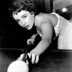 Elizabeth Taylor gioca a biliardo, 1950