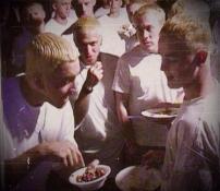 Eminem condivide le sue M & Ms con altri Eminems, primi anni del 2000