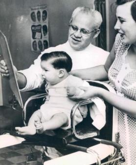 Primo taglio di capelli, circa 1955Primo taglio di capelli, circa 1955