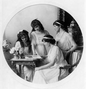 Fotografia formale delle granduchesse Olga, Tatiana, Maria e Anastasia Nikolaevna, 1914