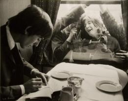 George Harrison firma autografi per i fan. Londra 1964