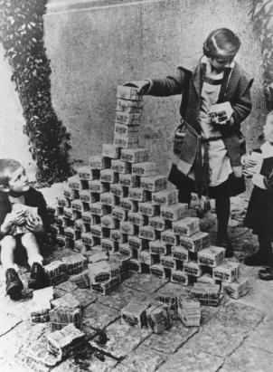 Bambini tedeschi giocano con denaro contante durante l'inflazione