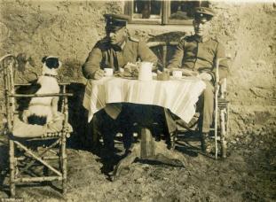 Ufficiali tedeschi si fanno il tè con il loro cane, 1917