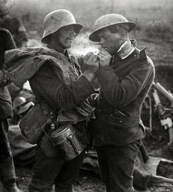 Soldato tedesco accende la sigaretta a un soldato britannico durante la tregua di Natale del 1914