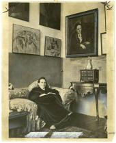 Gertrude Stein seduta sul divano nel suo studio di Parigi