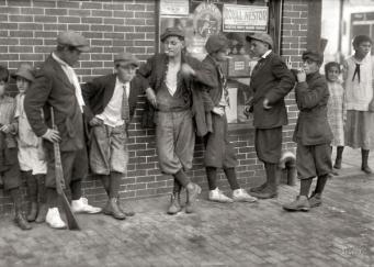 Gruppo di ragazzi per le strade di Springfield, Massachusetts, 1916