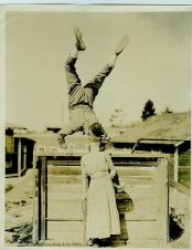 Bacio verticale sulle mani, c. 1920