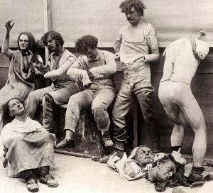 I resti delle statue dopo un incendio al museo delle cere di Madam Tussauds di Londra nel 1925