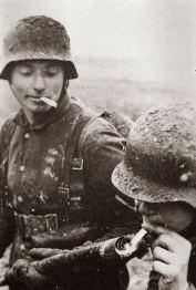 I soldati tedeschi utilizzano un lanciafiamme per accendere le sigarette. Quest'arma venne utilizzata dalla Germania sul fronte orientale della guerra