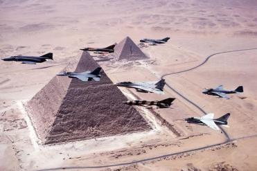 Foto impressionante di jet da combattimento che sorvolano le piramidi di Giza nel 1980