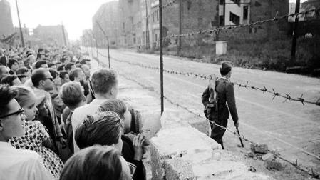 Nel cuore della notte, il governo tedesco-orientale ha chiuso il confine tra Berlino Est e Ovest