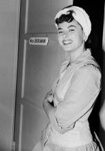 Ingrid Bergman fuori dal suo camerino a Los Angeles, California, 1942