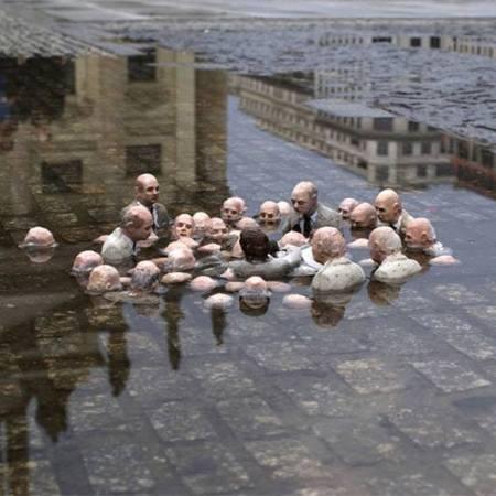 """Questa scultura di Isaac Cordal a Berlino si chiama """"Politici dibattono sul riscaldamento globale"""""""