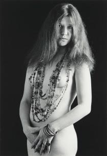 Janis Joplin, piedi nudi, 1967. Fotografia di Bob Seidemann