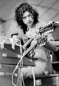 Jimmy Page accorda la chitarra