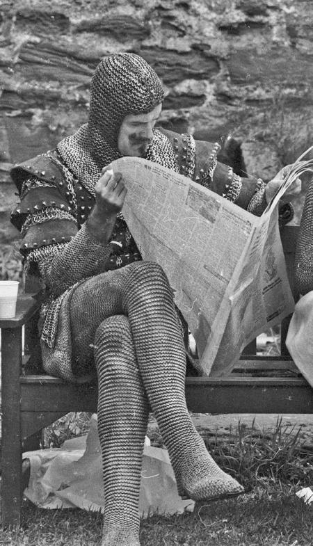 John Cleese in pausa sul set di Monty Python e il Sacro Graal, 1974