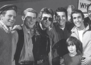 John Lennon e suo figlio, Julian, con il cast di 'Happy Days' nel 1974