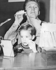 Kirk Douglas si rade con il figlio di Michael Douglas