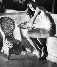 Lauren Bacall nel bagno di Helena Rubinstein, fotografata da Louise Dahl-Wolfe 1942