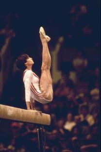 Muscoli delle gambe del primo 10 perfetto nella storia delle Olimpiadi. Nadia Comaneci all'età di 14 anni