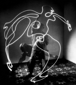 Light painting by Pablo Picasso, 1949 - Fotografia di Gjon Mili