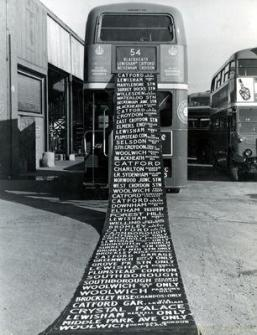 Il bus londinese Routemaster nel deposito durante il cambio del rotolo in cui scriveva le destinazioni